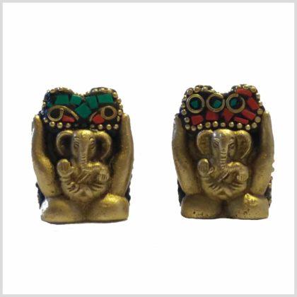Ganesha in Hand mit Steinen Vorderansicht