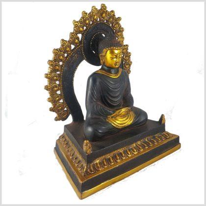 Erleuchteter Buddha auf Podest Seitenansicht Links