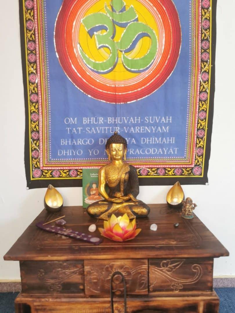 Erleuchteter Buddha auf Altar